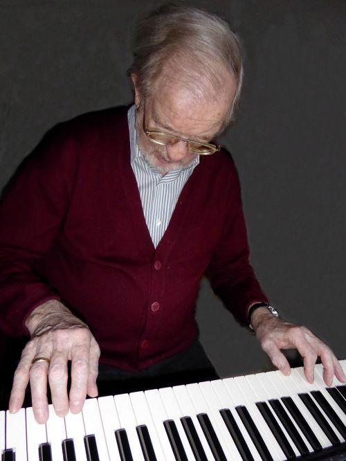 piano player hands e-piano