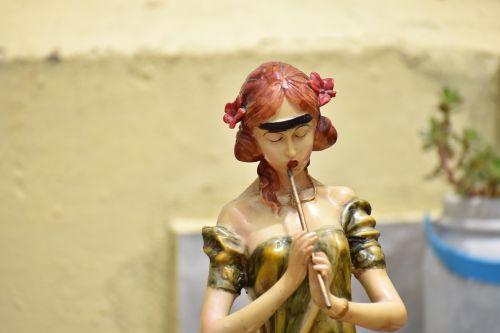 pied piper woman statue