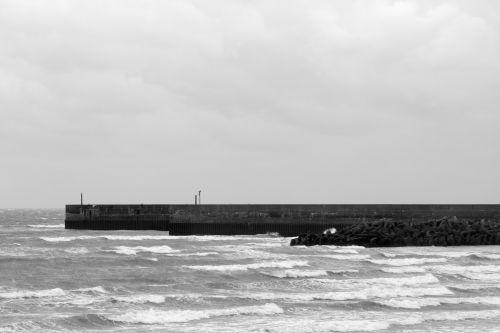 prieplauka, prieplauka, pajūryje, papludimys, vaizdas, scena, paniuręs, debesys, Debesuota, audringas, dangus, dangus, jūra, juros, vandenynas, grubus, juoda, balta, vienspalvis, Anglija, Anglų, kranto, pakrantės, Sussex, prieplauka, pajūrio prieplauka