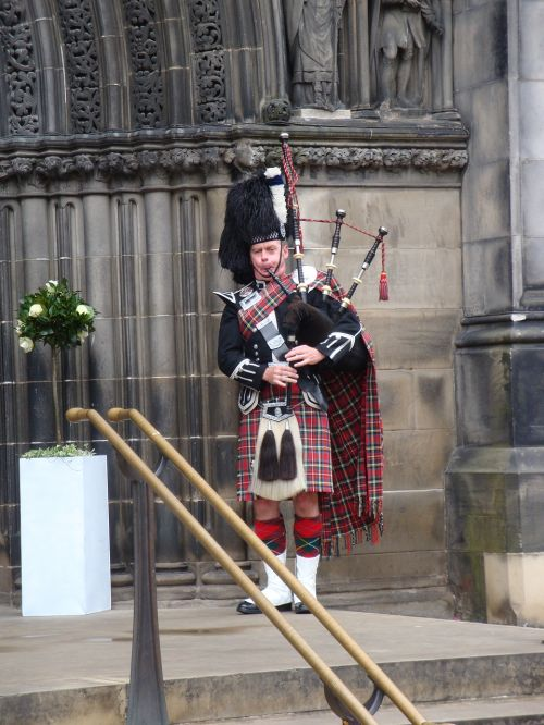 piper scotland bagpipes