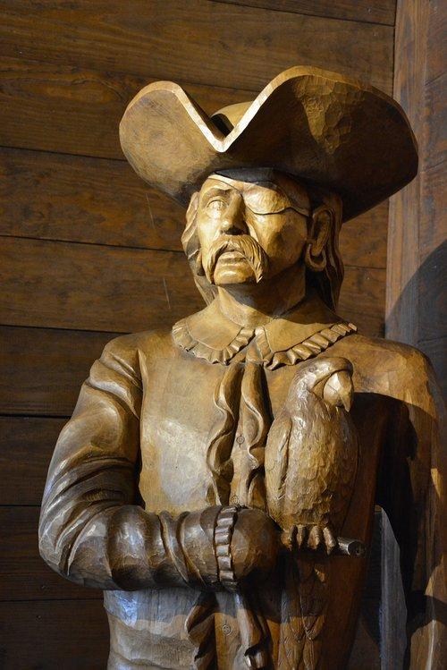 pirate  statue  captain