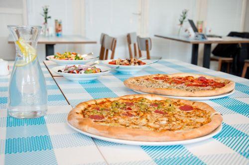 pizza eating restaurant