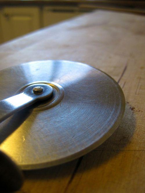 pizza cutter cutting slicing