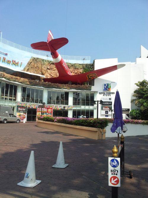 plane commercial center