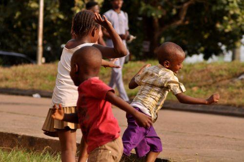 play african children run