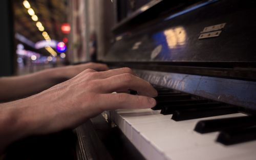playing piano hands