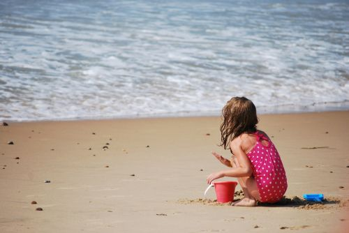 papludimys, vaikas, žaisti, smėlis, vienišas, viešasis & nbsp, domenas, tapetai, fonas, bangos, jūra, vandenynas, mergaitė, Moteris, linksma, vaikas, jaunas, laisvalaikis, kibiras, putos, kranto, veikla, žaisti, poilsis, žaisti paplūdimyje