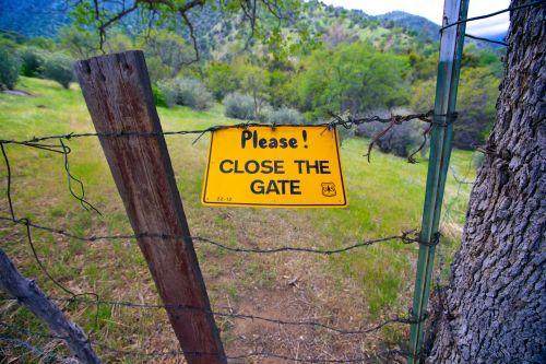 spygliuotas, užsegamas & nbsp, viela, Uždaryti, uždaryti & nbsp, vartus, departamentas & nbsp, interjeras, purvo & nbsp, takas, purvo & nbsp, takas, įėjimas, tvora, vartai, fiksatorius, nacionalinis & nbsp, miškas, nacionalinis & nbsp, parkas, nacionalinė & nbsp, parko & nbsp, paslauga, kelias, sekvija, sequoia & nbsp, nacionalinis & nbsp, miškas, takas, viela, viela & nbsp, tvora, Prašome uždaryti vartų ženklą