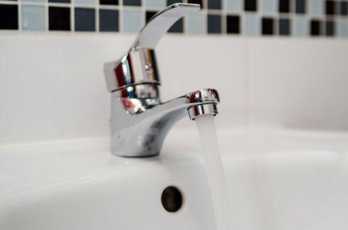 plumber repair faucet