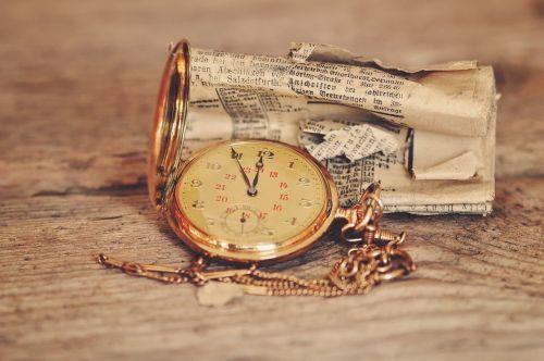 Kišeninis laikrodis,laikrodis,laikrodžio veidas,laikas,laikraštis,valcuoti,medinis stalas,senas,Senovinis,Uždaryti,Retro išvaizda,vintage,auksas
