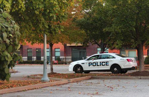 policija,policijos automobilis,kritimas,Campus policija,patenka į kampusie