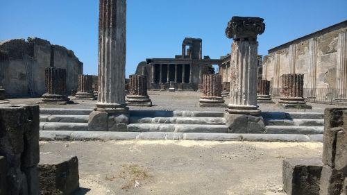 pompeii ruins volcano