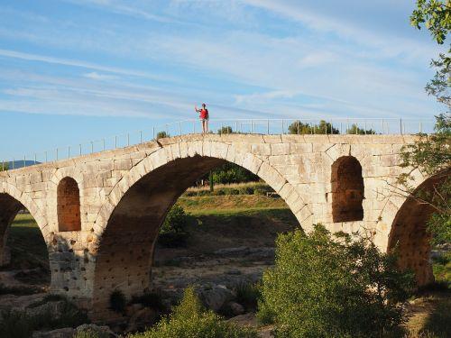 pont julien,tiltas,romėnų akmens arkos tiltas,akmens arkos tiltas,romėnų,pastatas,architektūra,Provence,france,Calavon,departamentas vaucluse,per domitia,romėnų kelias,asmuo,banga