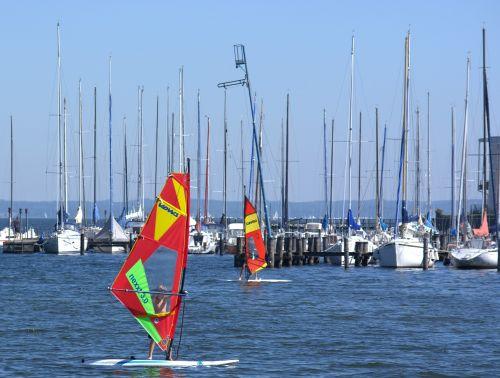 uostas,valtys,banglenčių sportas,burlenčių sportas,Sportas,laisvalaikis,banglenčių sportas,vandens sportas,naršyti,vanduo,surfer,burlenčių sportas,dinamiškas,pramoginiai sporto renginiai,vėjo sportas,papludimys,šventė,ežeras,chiemsee