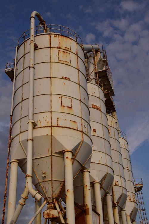 uostas,silosas,cemento silosas,atsargos,bunkeriai uoste,Viduržemio jūros,nerūdijantis,rusvas,senas silosas,senas,dangus,metalas