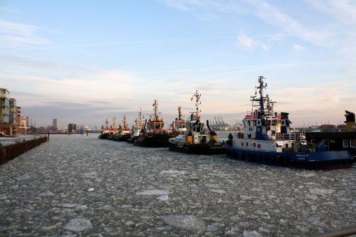 port ships tug