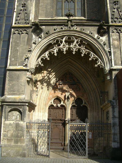 portalas,pietryčių portalas,vestuvių portalas,teismo portalas,įvestis,medinės durys,münsteris,ulm,tikslas,mediena,pastatas,mūra,kalkakmenis,tracery,palengvėjimas,architektūra,papuoštas portalas,bažnyčia,drožyba,architektūrinis stilius,gotika,arka,frize,medžio drožinėjimas,ulmi katedra,ornamentas,papuoštas,bažnyčios durys