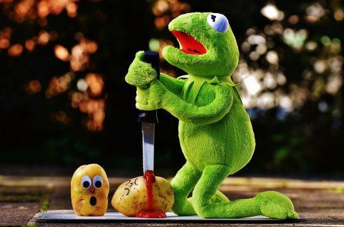 bulvės,peilis,kečupas,kraujas,nužudymas,juokinga,kermit,varlė,mielas,linksma,žalias,pliušas,minkštas žaislas,varlės,iškamša,sėdėti,bulvių nužudymas