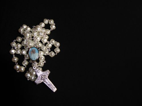pray rosary beads