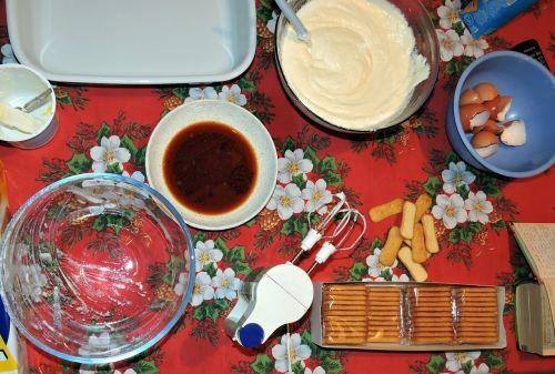 prepare sweet tiramisu