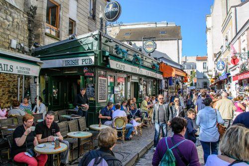 pub tourists montmartre
