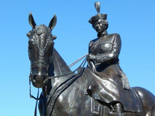 queen elizabeth statue queen