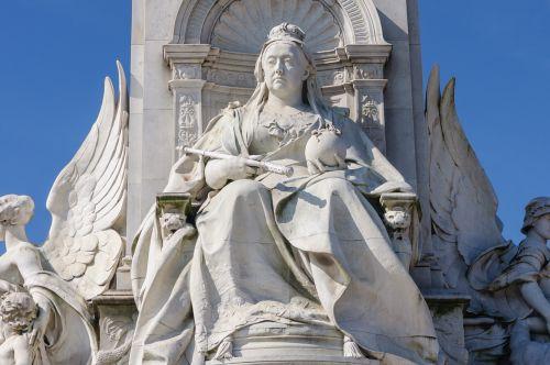 queen victoria statue london