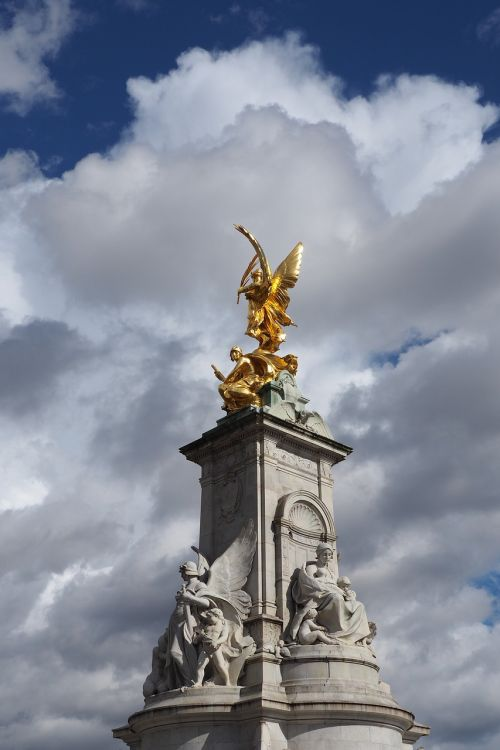 queen victoria monument monument buckingham palace