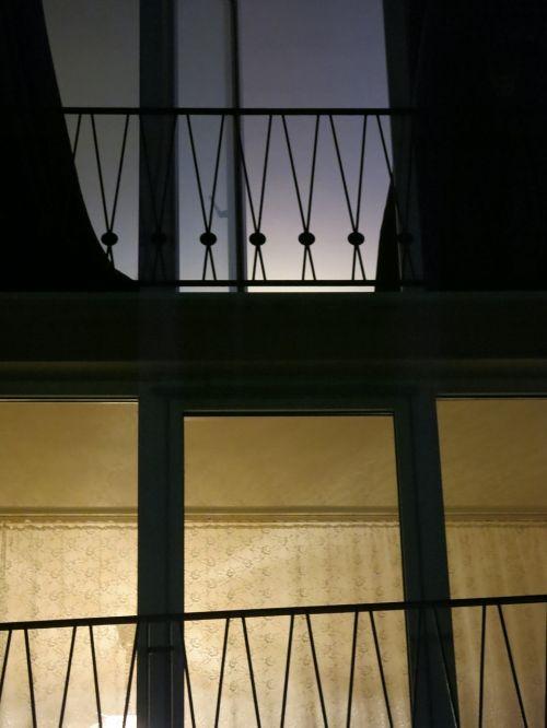 railing light contrast