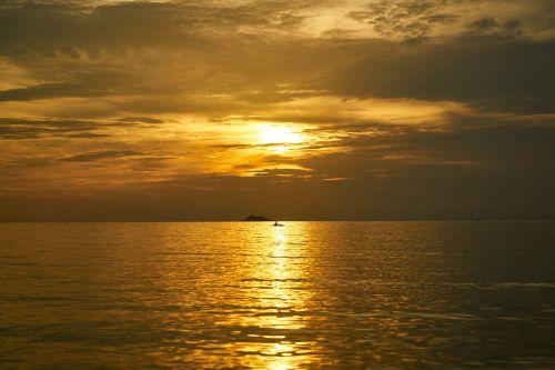 raudona,geltona,saulėlydis,saulėtekis,horizontalus,kraštovaizdis,nėra žmonių,fotografija,matyti,jūros dugnas,vanduo,plaukiojantys,kelionė,atostogos,šventė,diena,atsipalaidavimas,vasara,debesys