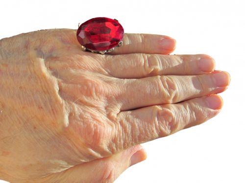 ranka, Iš arti, izoliuotas, raudona, žiedas, balta, fonas, apkarpytas, vaizdas, nuotrauka, raudonas žiedas