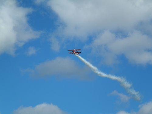redbull airrace,skristi,aerobatis,flugshow,m17,zeltweg,raudonojo aviatoriaus,raudonas bulius,propelerio plokštuma,orlaivis,aviacija,skrajutė,sportinis orlaivis,lengvas orlaivis,propeleris,dviaukštis,wingwalk