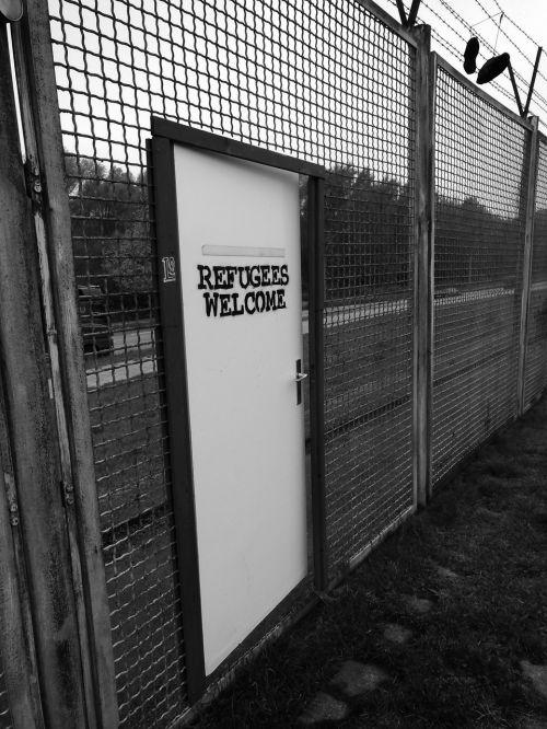 refugees hamburg fence