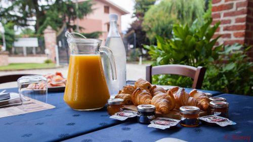 restaurant meeting breakfast