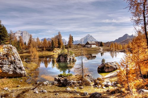 rifugio croda da lago  dolomites  bergsee