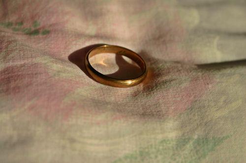 žiedas,papuošalai,brangakmenis,auksas,Auksinis Žiedas,piršto žiedas,pirštų papuošalai,tuoktis,Vestuvės,Uždaryti,Vestuvinis žiedas,Sužadėtuviu žiedas,senas,klasikinis,tiesiog,blizgesys,romantiškas,romantika