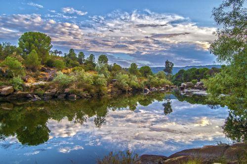 gamta, kraštovaizdis, upė, dangus, debesys, vanduo, augalai, medžiai, upė