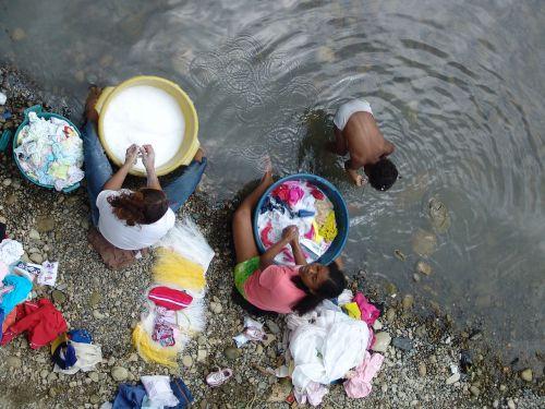 upė,plovikliai,darbas,skurdas,rankų plovimas,sunkus darbas,tikrovė