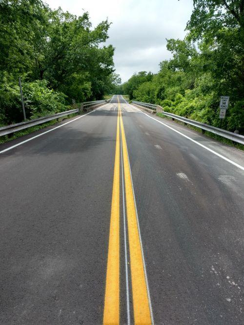 kelias,ilgas kelias,tuščia,asfaltas,ženklinimas,dviguba geltona linija,Šalis