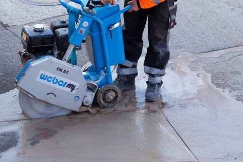 road construction construction workers teersäge