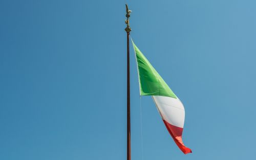 rome flag monument to vittorio emanuele ii