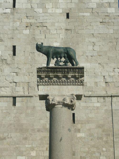 romulusz statue remus