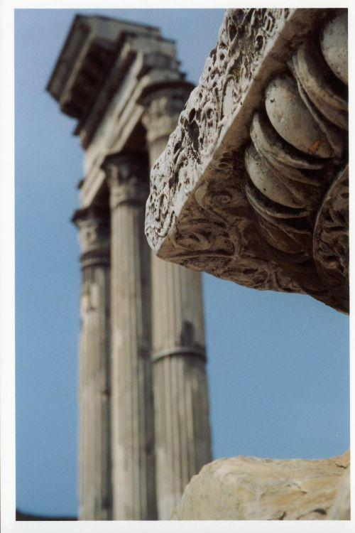 rooms antique pillar
