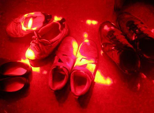 avalynė, šlepetės, sportas, nėriniai, spalva, saulė, šviesa, dirvožemis, dėmės, raudona, geltona, prisotinimas, sportbačiai, shoelaces, shoestrings, žemė, dėmės, raudoni batai