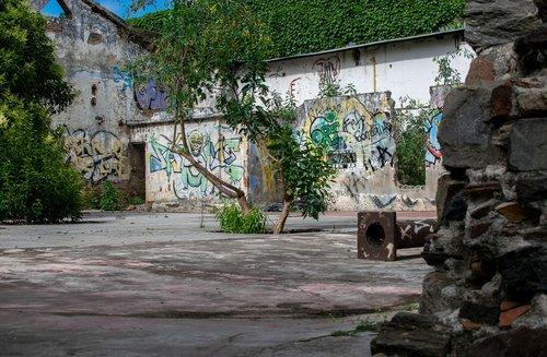ruin  graffiti  colonia