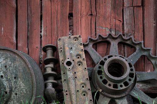 rusvas ratas,retro,raudona siena,senas,ratas,rusvas,vintage,metalas,Senovinis,Grunge,apvalus,geležinkelis,purvinas,sunaikintas,mechaninis,trasa,lauke,medinė tekstūra,statyba