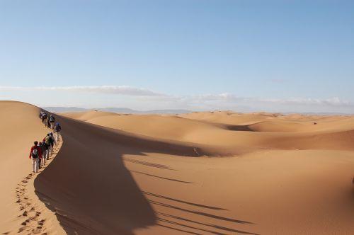 sahara,į pietus,Marokas,dykuma,smėlis,kopos,žmonės,kemperis,kelionė,vaikščioti,turizmas,turizmas