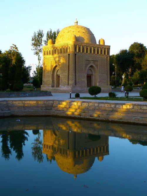 samanid mausoleum tomb water