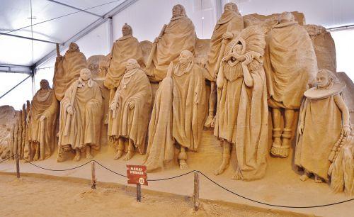 sand sculptures group massai