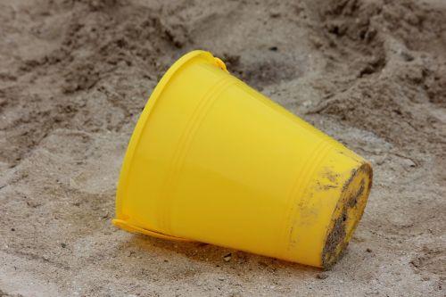 smėlio žaislas,žaislas,geltonas kibiras,paplūdimio žaislas